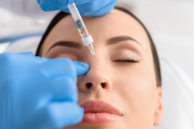 רופא מזריק חומצה היאלורונית לאף של מטופלת בתהליך פיסול אף, לא תמיד צריך ניתוח אף