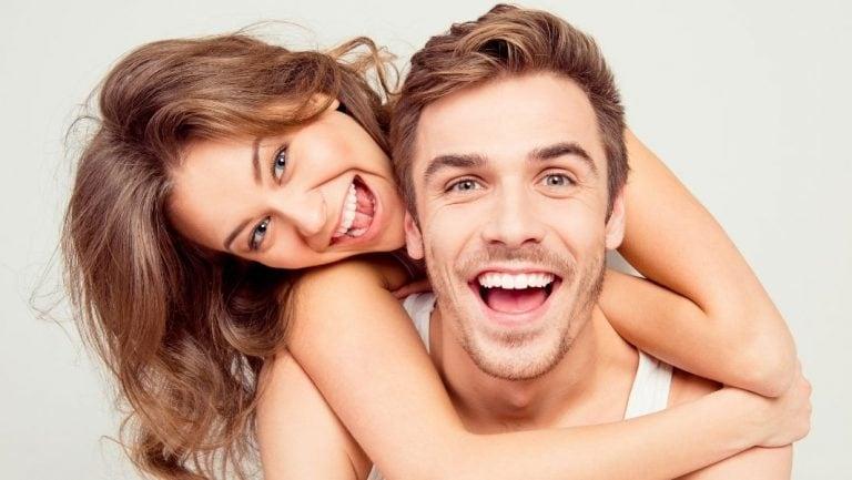 זוג מחייך עם הלבנת שיניים