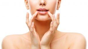 חומצה היאלורונית בשפתיים – מתי זה נעשה ולמי זה מתאים?